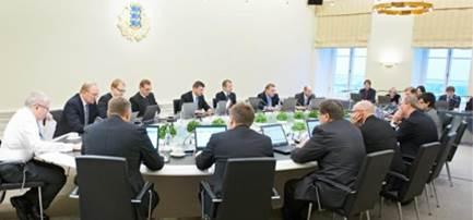 MP Estland tekent kabinetsstukken ter vergadering met zijn digitale handtekening